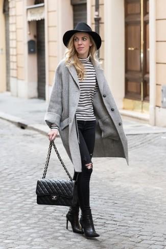 Wie kombinieren: grauer Mantel, weißer und schwarzer horizontal gestreifter Rollkragenpullover, schwarze enge Jeans mit Destroyed-Effekten, schwarze Leder Stiefeletten