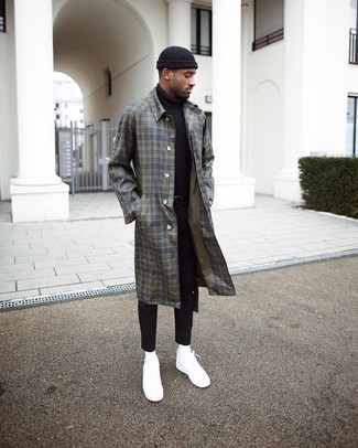 Wie kombinieren: grauer Mantel mit Schottenmuster, schwarzer Rollkragenpullover, schwarze enge Jeans, weiße Segeltuch niedrige Sneakers