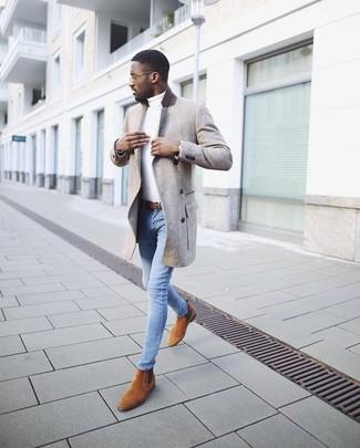 Wie kombinieren: grauer Mantel, weißer Rollkragenpullover, hellblaue enge Jeans, rotbraune Chelsea-Stiefel aus Wildleder