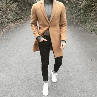 Wie kombinieren: camel Mantel, grauer Rollkragenpullover, schwarze enge Jeans, weiße Leder niedrige Sneakers