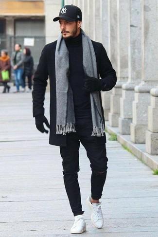 Wie kombinieren: schwarzer Mantel, schwarzer Rollkragenpullover, schwarze enge Jeans mit Destroyed-Effekten, weiße Leder niedrige Sneakers