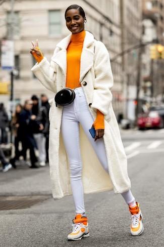 Wie kombinieren: weißer Fleece-Mantel, orange Rollkragenpullover, weiße enge Jeans, orange hohe Sneakers