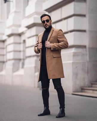 Wie kombinieren: camel Mantel, schwarzer Rollkragenpullover, schwarze enge Jeans mit Destroyed-Effekten, schwarze Chelsea-Stiefel aus Leder