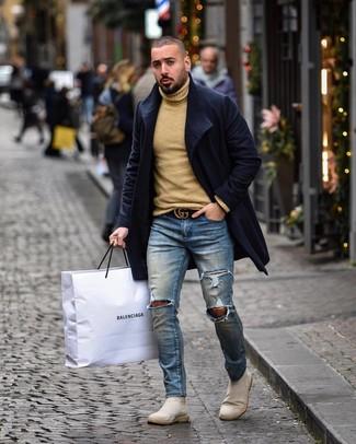 Hellbeige Chelsea-Stiefel aus Wildleder kombinieren: trends 2020: Entscheiden Sie sich für einen dunkelblauen Mantel und blauen enge Jeans mit Destroyed-Effekten für ein großartiges Wochenend-Outfit. Ergänzen Sie Ihr Outfit mit hellbeige Chelsea-Stiefeln aus Wildleder, um Ihr Modebewusstsein zu zeigen.
