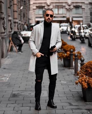 Wie kombinieren: grauer Mantel, schwarzer Rollkragenpullover, schwarze enge Jeans mit Destroyed-Effekten, schwarze Chelsea-Stiefel aus Leder