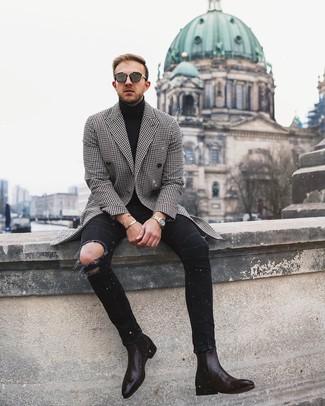 Wie kombinieren: schwarzer und weißer Mantel mit Hahnentritt-Muster, schwarzer Rollkragenpullover, schwarze enge Jeans mit Destroyed-Effekten, dunkelbraune Chelsea-Stiefel aus Leder