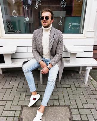 Wie kombinieren: schwarzer und weißer Mantel mit Vichy-Muster, weißer Strick Rollkragenpullover, hellblaue enge Jeans, weiße bedruckte Leder niedrige Sneakers