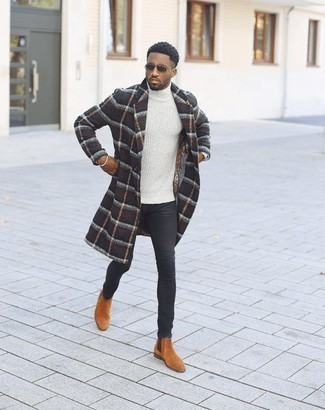 Herren Outfits & Modetrends 2020 für kühl Wetter: Kombinieren Sie einen dunkelblauen Mantel mit Schottenmuster mit schwarzen engen Jeans, um einen lockeren, aber dennoch stylischen Look zu erhalten. Fühlen Sie sich ideenreich? Komplettieren Sie Ihr Outfit mit rotbraunen Chelsea-Stiefeln aus Wildleder.