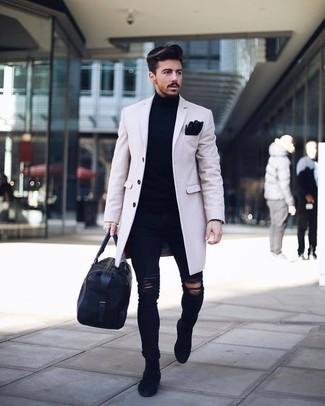 Dunkelblaue enge Jeans mit Destroyed-Effekten kombinieren: trends 2020: Entscheiden Sie sich für einen beigen Mantel und dunkelblauen enge Jeans mit Destroyed-Effekten, um mühelos alles zu meistern, was auch immer der Tag bringen mag. Vervollständigen Sie Ihr Outfit mit dunkelblauen Chelsea Boots aus Wildleder, um Ihr Modebewusstsein zu zeigen.