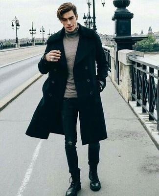 Dunkelblaue enge Jeans mit Destroyed-Effekten kombinieren: trends 2020: Tragen Sie einen schwarzen Mantel und dunkelblauen enge Jeans mit Destroyed-Effekten für ein sonntägliches Mittagessen mit Freunden. Komplettieren Sie Ihr Outfit mit einer schwarzen Lederfreizeitstiefeln, um Ihr Modebewusstsein zu zeigen.