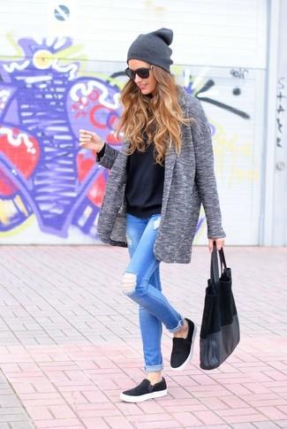 Die Vielseitigkeit von einem grauen Mantel und hellblauen engen Jeans mit Destroyed-Effekten machen sie zu einer lohnenswerten Investition. Suchen Sie nach leichtem Schuhwerk? Vervollständigen Sie Ihr Outfit mit schwarzen Slip-On Sneakers für den Tag.
