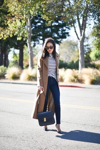 d0d1e0c3f82b Wie kombinieren  beige Mantel, weißer und dunkelblauer horizontal  gestreifter Rollkragenpullover, dunkelblaue enge Jeans