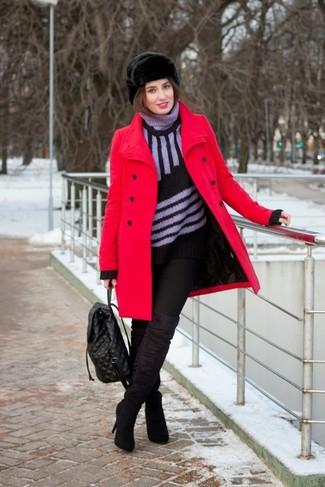 Wie kombinieren: roter Mantel, schwarzer vertikal gestreifter Rollkragenpullover, schwarze enge Jeans, schwarze Overknee Stiefel aus Wildleder