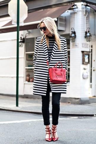 Grauen horizontal gestreiften Rollkragenpullover kombinieren: trends 2020: Ein grauer horizontal gestreifter Rollkragenpullover und schwarze enge Jeans sind ideal geeignet, um einen wunderbaren, entspannten Look zu schaffen. Rote beschlagene Leder Pumps sind eine perfekte Wahl, um dieses Outfit zu vervollständigen.
