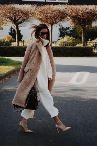 Wie kombinieren: beige Fleece-Mantel, weißer Strick Wollrollkragenpullover, weißer Hosenrock, beige Leder Pumps