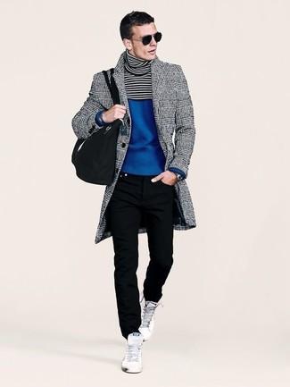 Wie kombinieren: grauer Mantel mit Schottenmuster, blauer Rollkragenpullover, schwarze Jeans, weiße hohe Sneakers
