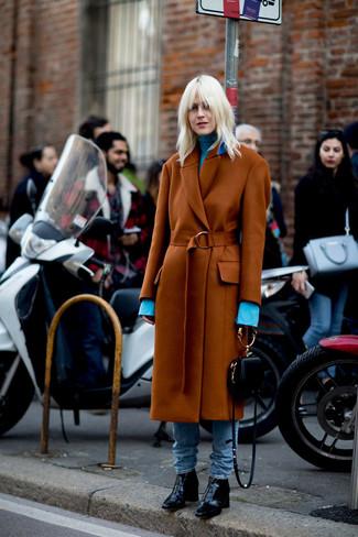Wie kombinieren: rotbrauner Mantel, hellblauer Rollkragenpullover, hellblaue Jeans, schwarze Leder Stiefeletten
