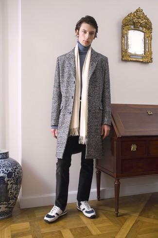 Wie kombinieren: grauer Mantel mit Schottenmuster, grauer Rollkragenpullover, schwarze Jeans, weiße Sportschuhe