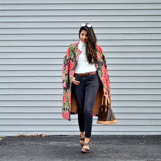 Schwarzen Mantel mit Blumenmuster kombinieren: trends 2020: Ein schwarzer Mantel mit Blumenmuster und schwarze Jeans erhalten einen lockeren Look, der aber immer modisch bleibt. Dunkelbraune Keilsandaletten aus Leder sind eine großartige Wahl, um dieses Outfit zu vervollständigen.