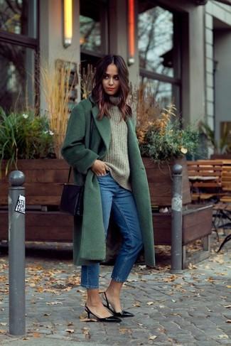 Dunkelgrünen Mantel kombinieren – 73 Damen Outfits: Erwägen Sie das Tragen von einem dunkelgrünen Mantel und blauen Jeans für ein Outfit, das, Charme und Persönlichkeit vermittelt. Dieses Outfit passt hervorragend zusammen mit schwarzen Leder Pumps.