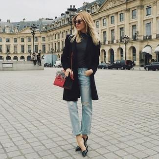 Wie kombinieren: schwarzer Mantel, dunkelgrauer Rollkragenpullover, hellblaue Jeans mit Destroyed-Effekten, schwarze Leder Pumps