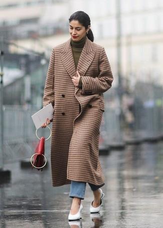 Erwägen Sie das Tragen von einem braunen mantel mit karomuster und blauen jeans für ein großartiges Wochenend-Outfit. Fühlen Sie sich ideenreich? Entscheiden Sie sich für weißen leder pantoletten.