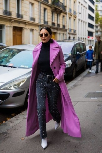 Wie kombinieren: fuchsia Mantel, schwarzer Rollkragenpullover, schwarze verzierte Jeans, weiße Leder Stiefeletten