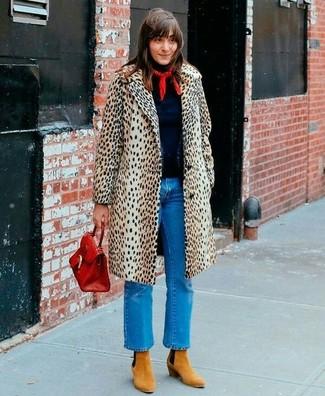 Wie kombinieren: hellbeige Mantel mit Leopardenmuster, dunkelblauer Rollkragenpullover, blaue Jeans, beige Wildleder Stiefeletten