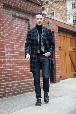Wie kombinieren: dunkelblauer Mantel mit Schottenmuster, schwarzer Rollkragenpullover, dunkelblaue Jeans, dunkelbraune Leder Derby Schuhe