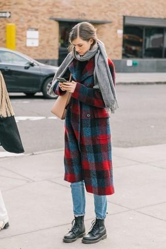 Wie kombinieren: roter und dunkelblauer Mantel mit Schottenmuster, schwarzer Rollkragenpullover, hellblaue Jeans, schwarze flache Stiefel mit einer Schnürung aus Leder