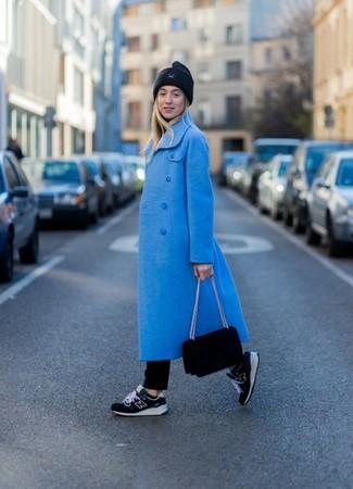 Wie kombinieren: blauer Mantel, schwarzer Rollkragenpullover, schwarze Jeans, schwarze Sportschuhe