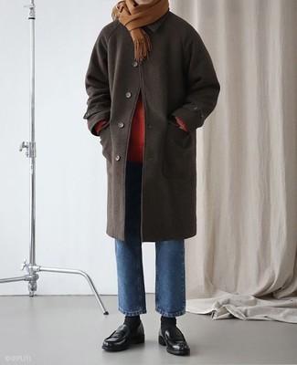 2242412fd8da Wie kombinieren  dunkelbrauner Mantel, roter Rollkragenpullover, blaue  Jeans, schwarze Leder Slipper
