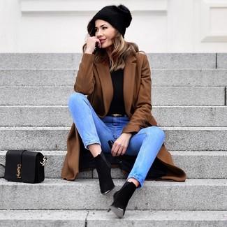 Wie kombinieren: brauner Mantel, schwarzer Rollkragenpullover, hellblaue Jeans, schwarze Wildleder Stiefeletten