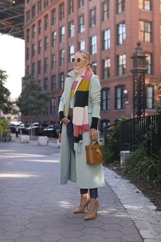 Wie kombinieren: grauer Mantel, mehrfarbiger horizontal gestreifter Rollkragenpullover, dunkelblaue Jeans, beige Wildleder Pumps