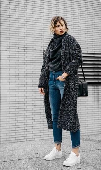 Wie kombinieren: dunkelgrauer Mantel, dunkelgrauer Wollrollkragenpullover, blaue Jeans, weiße Leder niedrige Sneakers