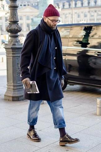 Wie kombinieren: dunkelblauer Mantel, schwarzer Rollkragenpullover, blaue Jeans, schwarze Leder Derby Schuhe