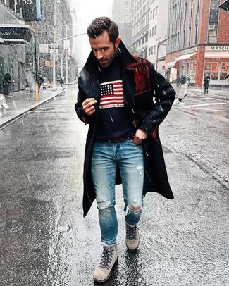 Wie kombinieren: dunkelblauer Mantel, dunkelblauer bedruckter Rollkragenpullover, blaue Jeans mit Destroyed-Effekten, graue Wildlederarbeitsstiefel