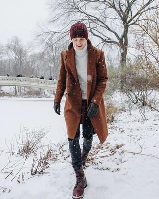 Wie kombinieren: rotbrauner Mantel, weißer Strick Rollkragenpullover, schwarze Jeans, dunkelrote Lederfreizeitstiefel