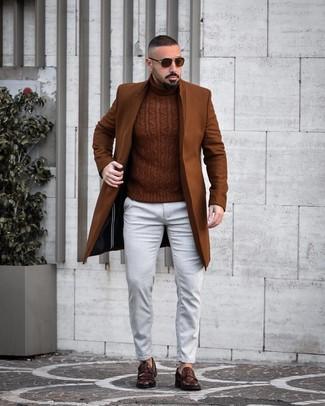 Braunen Mantel kombinieren: trends 2020: Entscheiden Sie sich für einen braunen Mantel und weißen Jeans, um einen eleganten, aber nicht zu festlichen Look zu kreieren. Fühlen Sie sich ideenreich? Wählen Sie dunkelbraunen Leder Slipper.