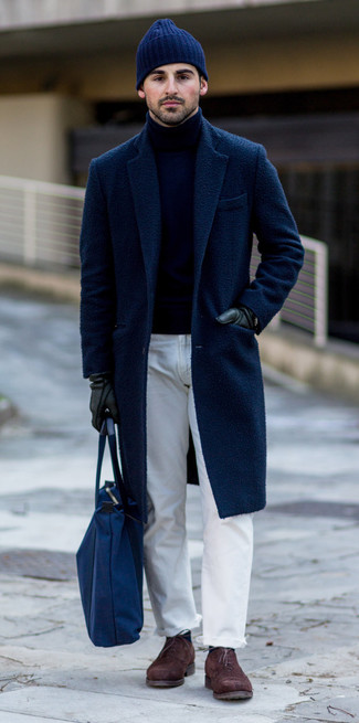 Weiße Jeans kombinieren: trends 2020: Die Paarung aus einem dunkelblauen Mantel und weißen Jeans ist eine kluge Wahl für einen Tag im Büro. Komplettieren Sie Ihr Outfit mit dunkelbraunen Wildleder Oxford Schuhen, um Ihr Modebewusstsein zu zeigen.
