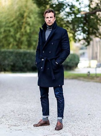 Blaue horizontal gestreifte Socken kombinieren: trends 2020: Ein dunkelblauer Mantel und blaue horizontal gestreifte Socken sind eine perfekte Outfit-Formel für Ihre Sammlung. Braune Leder Derby Schuhe bringen klassische Ästhetik zum Ensemble.