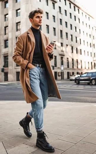 Herren Outfits & Modetrends 2020: Perfektionieren Sie den modischen Freizeitlook mit einem camel Mantel und hellblauen Jeans. Dieses Outfit passt hervorragend zusammen mit einer schwarzen Lederfreizeitstiefeln.