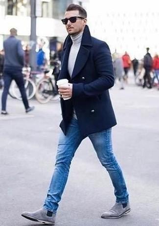Graue Chelsea Boots aus Wildleder kombinieren – 26 Herren Outfits kalt Wetter: Tragen Sie einen dunkelblauen Mantel und blauen Jeans für Drinks nach der Arbeit. Graue Chelsea Boots aus Wildleder sind eine einfache Möglichkeit, Ihren Look aufzuwerten.