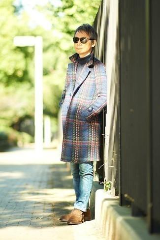 Beige Wildlederfreizeitstiefel kombinieren: trends 2020: Entscheiden Sie sich für einen blauen Mantel mit Schottenmuster und blauen Jeans, um einen modischen Freizeitlook zu kreieren. Komplettieren Sie Ihr Outfit mit einer beige Wildlederfreizeitstiefeln.