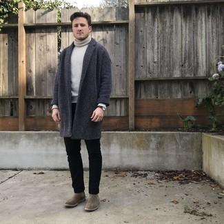 Graue Chelsea Boots aus Wildleder kombinieren – 77 Herren Outfits: Stechen Sie unter anderen modebewussten Menschen hervor mit einem dunkelgrauen Mantel und schwarzen Jeans. Graue Chelsea Boots aus Wildleder putzen umgehend selbst den bequemsten Look heraus.