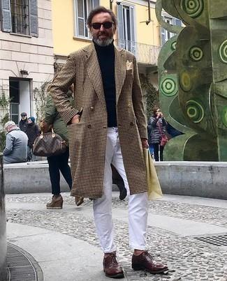 kalt Wetter Outfits Herren 2020: Kombinieren Sie einen camel Mantel mit Hahnentritt-Muster mit weißen Jeans für Ihren Bürojob. Fühlen Sie sich ideenreich? Vervollständigen Sie Ihr Outfit mit dunkelroten Leder Brogues.