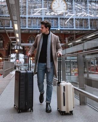 Hellblaue Jeans kombinieren – 22 Winter Herren Outfits: Kombinieren Sie einen camel Mantel mit hellblauen Jeans für einen für die Arbeit geeigneten Look. Machen Sie Ihr Outfit mit schwarzen Chelsea Boots aus Leder eleganter. Schon mal so einen coolen Winter-Look gesehen?