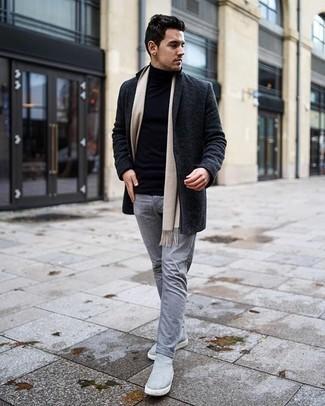 Graue Chelsea Boots aus Wildleder kombinieren – 36 Herren Outfits kühl Wetter: Erwägen Sie das Tragen von einem dunkelgrauen Mantel und grauen Jeans für Drinks nach der Arbeit. Graue Chelsea Boots aus Wildleder sind eine einfache Möglichkeit, Ihren Look aufzuwerten.