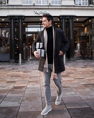 Graue Chelsea Boots aus Wildleder kombinieren – 36 Herren Outfits kühl Wetter: Kombinieren Sie einen dunkelgrauen Mantel mit grauen Jeans, um einen modischen Freizeitlook zu kreieren. Fühlen Sie sich ideenreich? Entscheiden Sie sich für grauen Chelsea Boots aus Wildleder.