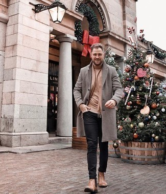 Beige Schal kombinieren – 193 Herren Outfits: Ein grauer Mantel mit Karomuster und ein beige Schal sind eine gute Outfit-Formel für Ihre Sammlung. Putzen Sie Ihr Outfit mit beige Chelsea Boots aus Leder.